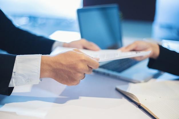 Geschäftsmänner und geschäftsfrauen, die dokumente für vorstellungsgesprächkonzept besprechen Premium Fotos