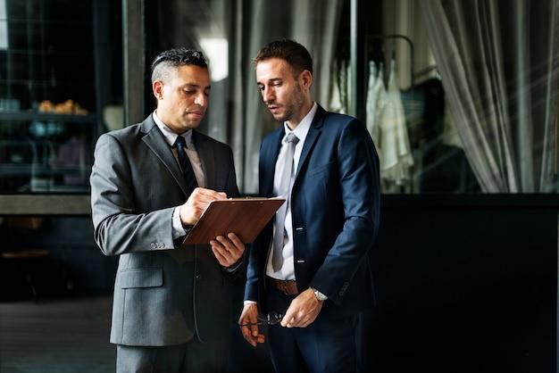 Geschäftsmänner, welche die diskussion analysieren planungskonzept treffen Premium Fotos