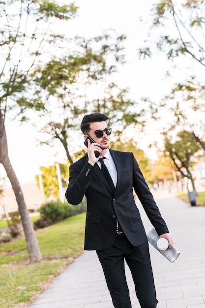Geschäftsmann am telefon im park Kostenlose Fotos