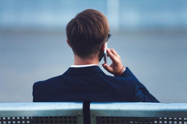 Geschäftsmann am telefon sprechen Premium Fotos