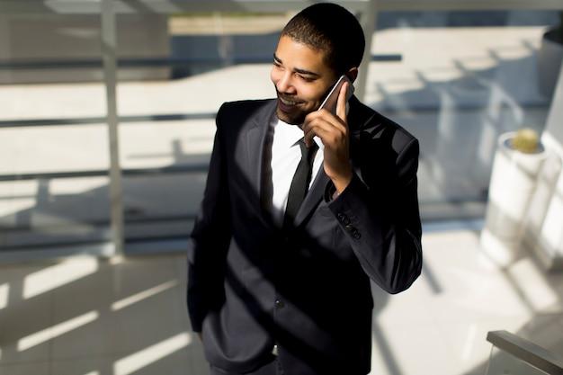 Geschäftsmann an einem telefon Premium Fotos