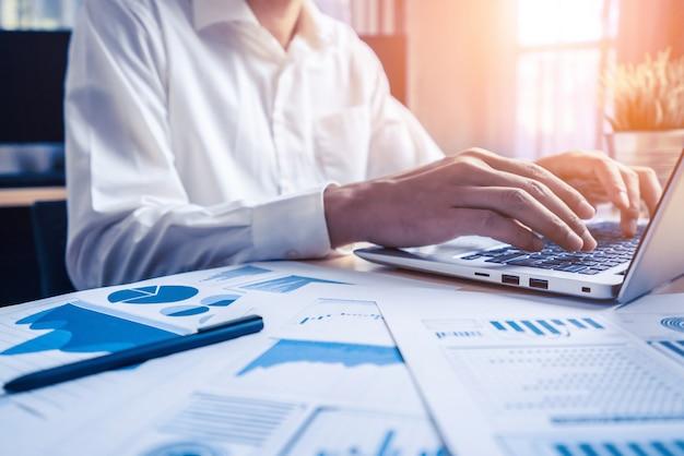 Geschäftsmann analysieren daten der börsenforschung. Premium Fotos