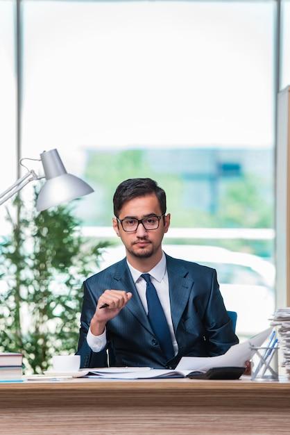 Geschäftsmann, arbeiten im büro Premium Fotos