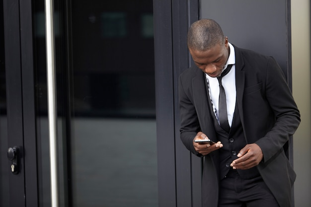 Geschäftsmann, arbeiten mit handy und laptop Premium Fotos