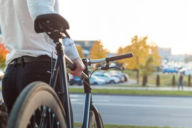 Geschäftsmann auf dem fahrrad. geschäftsmann, der seine arbeit verlässt Premium Fotos