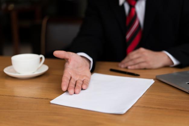 Geschäftsmann bereit, einen vertrag zu unterzeichnen Kostenlose Fotos