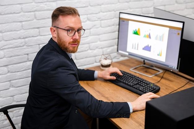 Geschäftsmann, der am schreibtisch sitzt Kostenlose Fotos