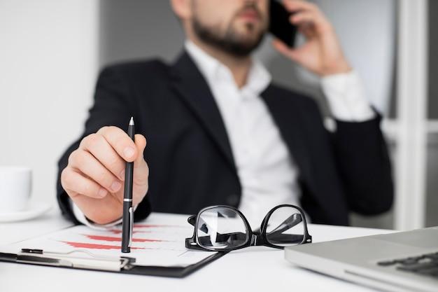 Geschäftsmann, der am telefon spricht Premium Fotos