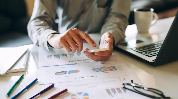 Geschäftsmann, der an projekt für das analysieren der finanzberichtbilanzrechnung des unternehmens arbeitet Premium Fotos
