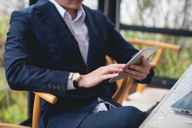 Geschäftsmann, der an schreibtischbürogeschäft arbeitet Premium Fotos
