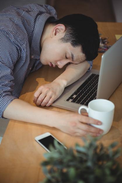 Geschäftsmann, der an seinem schreibtisch schläft Kostenlose Fotos