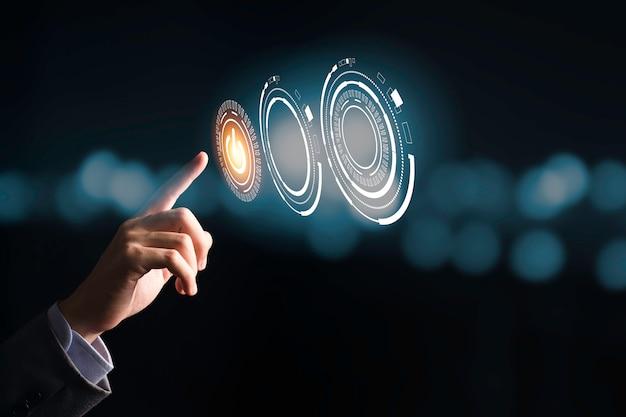 Geschäftsmann, der das schaltersymbol zum ein- oder ausschalten oder herunterfahren elektronischer geräte drückt. es ist ein symbol für energieeinsparung und start oder stopp. Premium Fotos