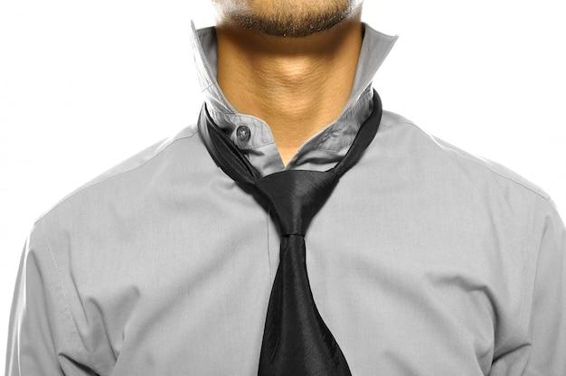 Geschäftsmann, der den unordentlichen kragen lokalisiert über weißem hintergrund trägt Premium Fotos