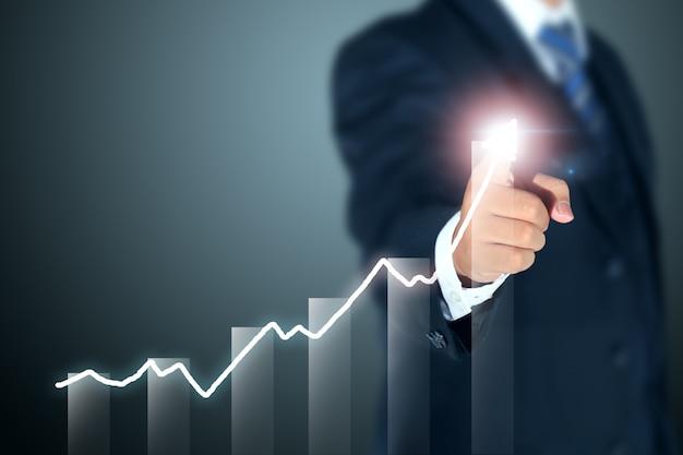 Geschäftsmann, der diagramm des erfolgs zeigt Premium Fotos