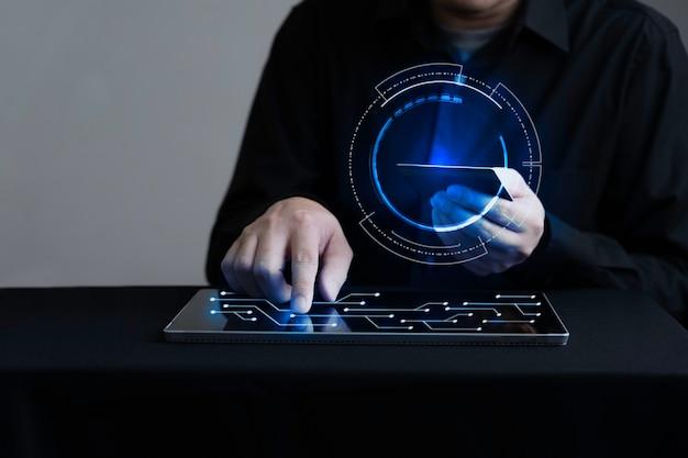 Geschäftsmann, der digitales tablett berührt und mit kreditkarte bezahlt Premium Fotos