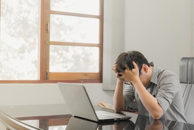 Geschäftsmann, der druck mit der laptop-computer arbeitet im büro hat Premium Fotos