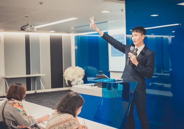 Geschäftsmann, der ein gespräch auf firmenkonferenz gibt Premium Fotos