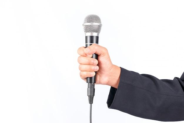 Geschäftsmann, der ein mikrofon lokalisiert auf weißem hintergrund hält Premium Fotos