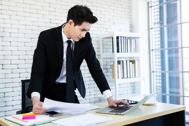 Geschäftsmann, der einen geschäftsanzug im büro trägt Premium Fotos