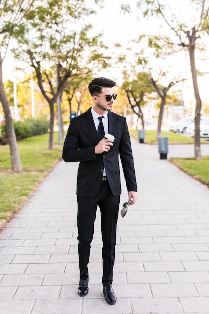Geschäftsmann, der einen spaziergang am park hat Kostenlose Fotos