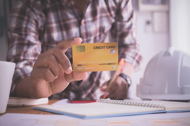 Geschäftsmann, der einen spott herauf kreditkarte zeigt. Premium Fotos