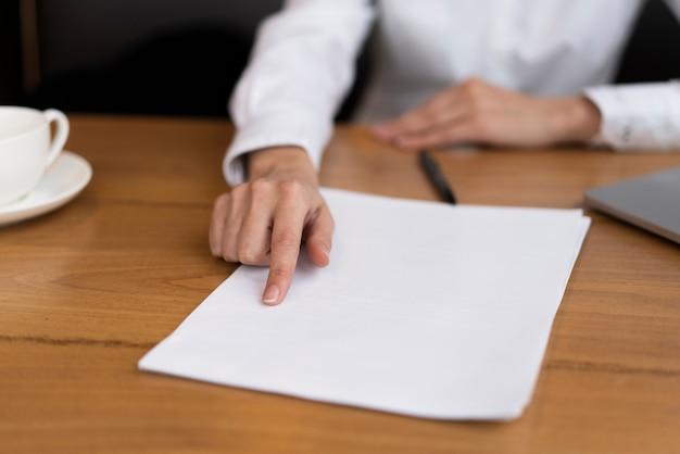 Geschäftsmann, der einen vertrag im büro zeigt Kostenlose Fotos