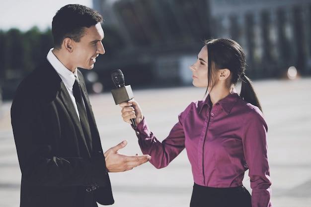 Geschäftsmann, der einer frau ein interview gibt Premium Fotos