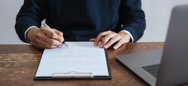Geschäftsmann, der finanzvertrag und unterzeichnung unterzeichnet, nachdem vereinbarung erreicht worden ist. Premium Fotos