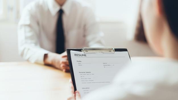 Geschäftsmann, der formular schreibt, senden zusammenfassungsgeber, um stellenbewerbung zu überprüfen. Premium Fotos