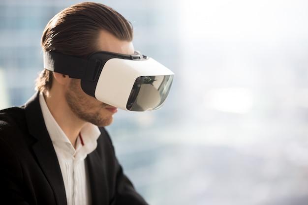 Geschäftsmann, der futuristische gläser der virtuellen realität trägt. Kostenlose Fotos
