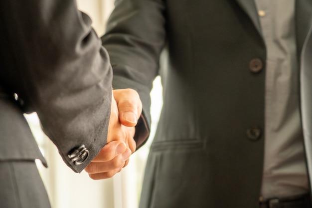 Geschäftsmann, der hände jedes othor, geschäftskonzept rüttelt Premium Fotos