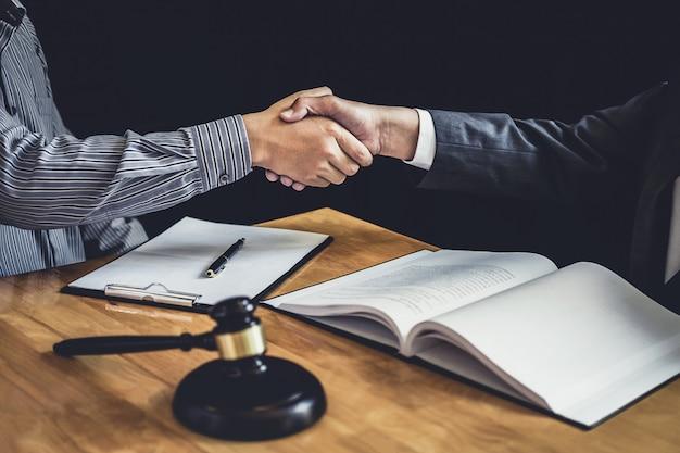 Geschäftsmann, der hände mit rechtsanwalt rüttelt, nachdem er viel vertrag besprochen hat Premium Fotos