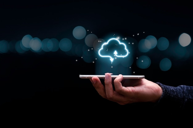 Geschäftsmann, der handy mit virtuellem cloud-computing hält, um dateninformationen zu übertragen und download-anwendung hochzuladen. konzept der technologietransformation. Premium Fotos