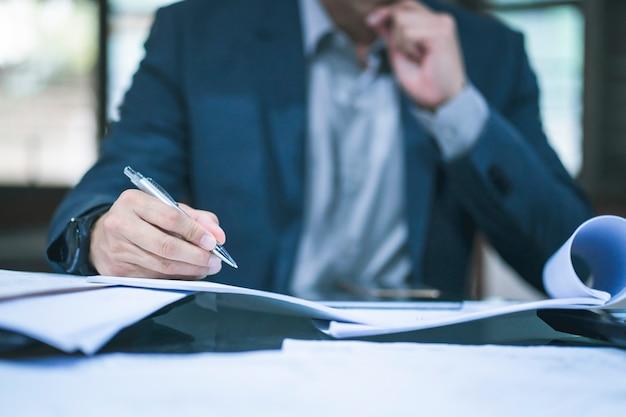 Geschäftsmann, der im büro arbeitet Premium Fotos