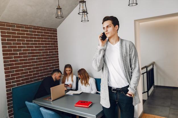Geschäftsmann, der in einem büro arbeitet Kostenlose Fotos