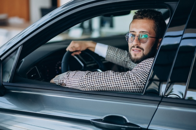 Geschäftsmann, der in seinem auto fährt Kostenlose Fotos