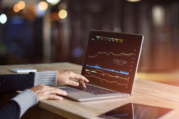 Geschäftsmann, der laptop verwendet, um datenbörse zu analysieren Premium Fotos