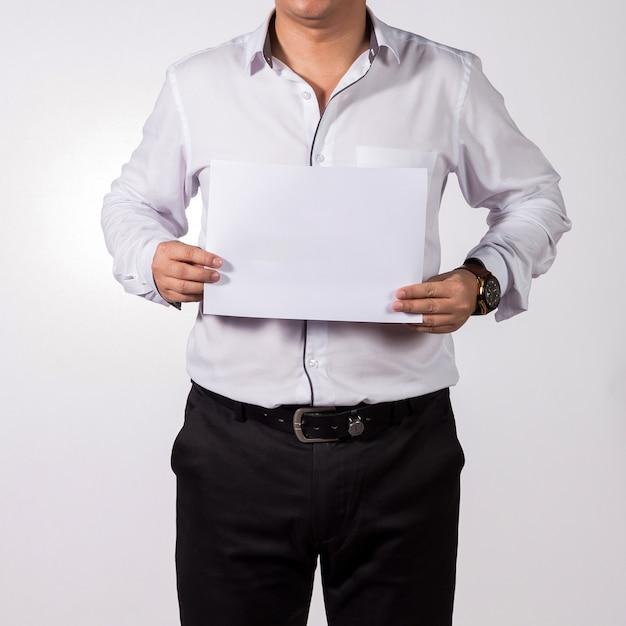 Geschäftsmann, der leeres weißbuch zeigt. Premium Fotos