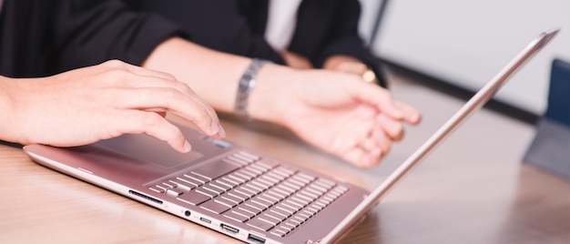 Geschäftsmann, der mit laptop im seminarraum arbeitet Premium Fotos