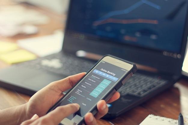 Geschäftsmann, der mobiles smartphone mit dateninformationsbank-netzwerkverbindung verwendet. Premium Fotos
