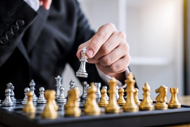 Geschäftsmann, der schachspiel zur entwicklungsanalyse neuer strategieplan spielt Premium Fotos