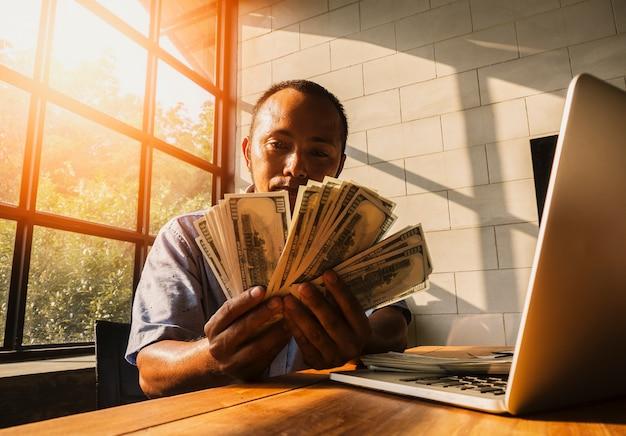Geschäftsmann, der seine doppelten gewinne schätzt und begrüßt Premium Fotos