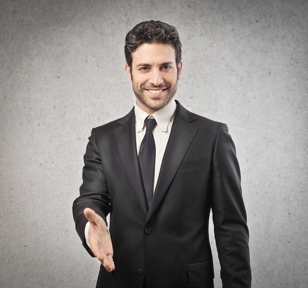 Geschäftsmann, der seine hand anbietet Premium Fotos