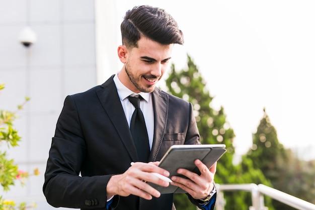 Geschäftsmann, der seine tablette verwendet Kostenlose Fotos