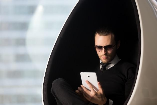 Geschäftsmann, der sitzungszeitplan auf tablette überarbeitet Kostenlose Fotos