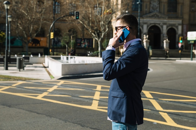 Geschäftsmann, der telefonanruf in der städtischen umwelt macht Kostenlose Fotos