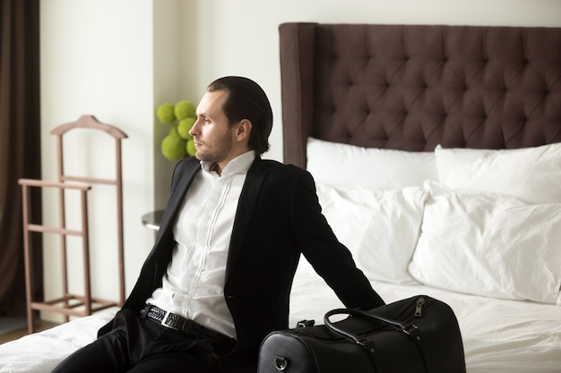 Geschäftsmann, der über freizeit oder ferien träumt Kostenlose Fotos