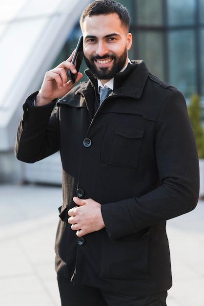 Geschäftsmann, der über telefon spricht Kostenlose Fotos
