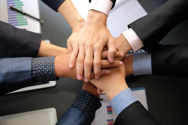Geschäftsmann, der vereinigter hand, rührende hände des geschäftsteams zusammen sich anschließt. Premium Fotos