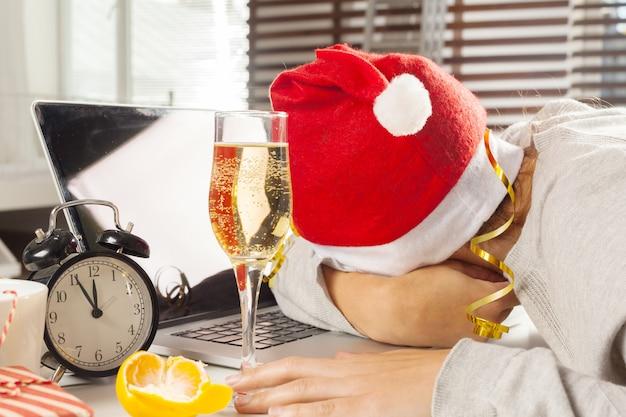 Geschäftsmann, der weihnachtsfeiertag im büro feiert Premium Fotos